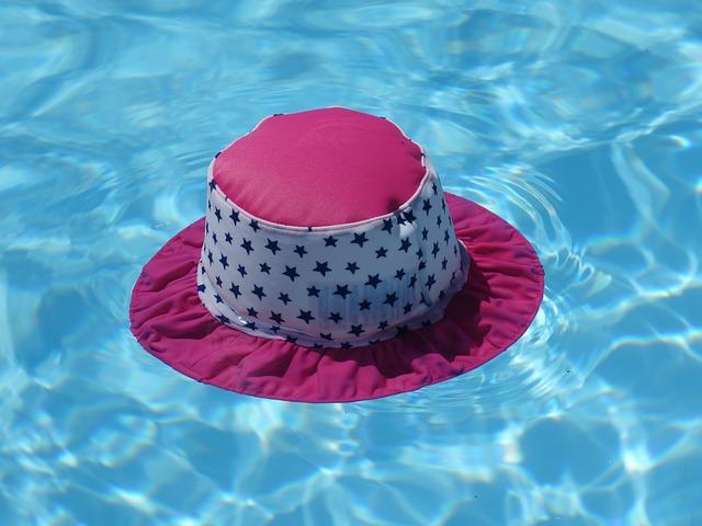 klobouk v bazénu