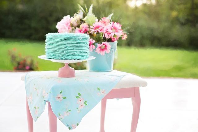 narozeninový dort na stolku.jpg