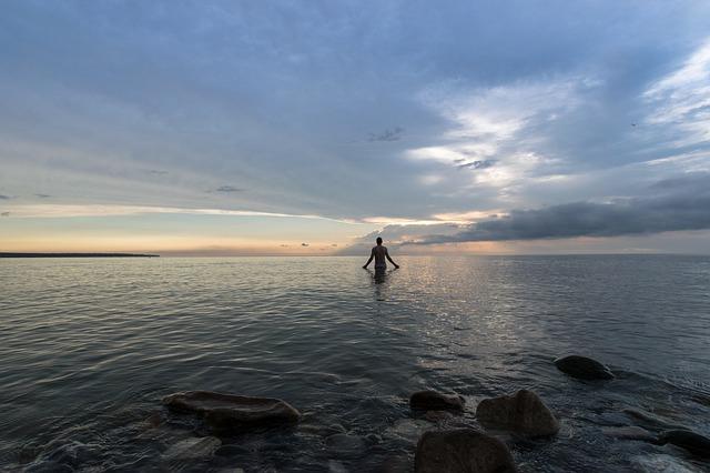 člověk v moři