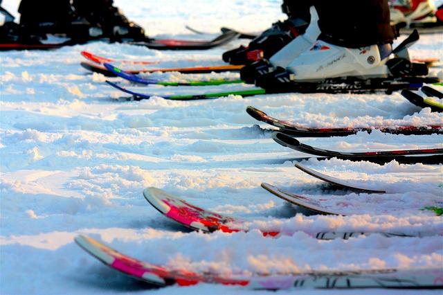 Špičky lyží ve sněhu