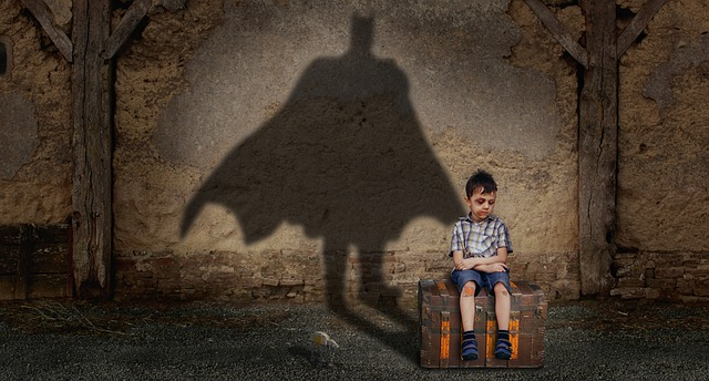 chlapec a stín na zdi