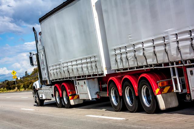 kamion na dálnici